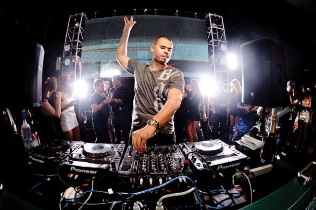 Afrojack Cheeses Up Dimitri Vegas & Like Mikes Higher Place